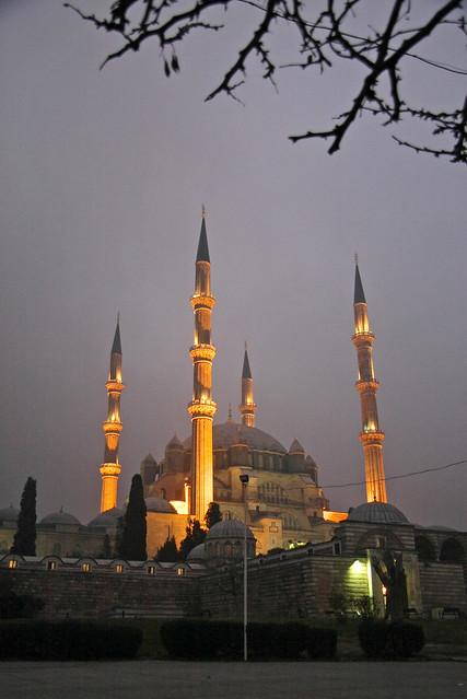 Illuminated Selimiye Mosque at dusk, Edirne, Turkey エディルネ、夕暮れのセリミエ・モスク