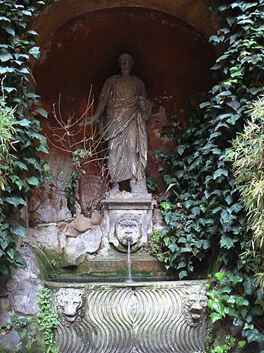 fontaine palais rue des quatre fontaines.jpg