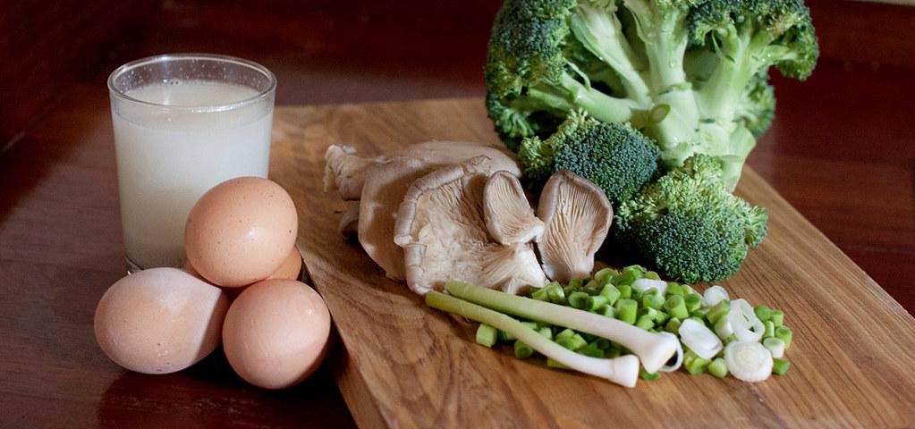 Ingredientes para pastel de brócoli. setas y ajos tiernos