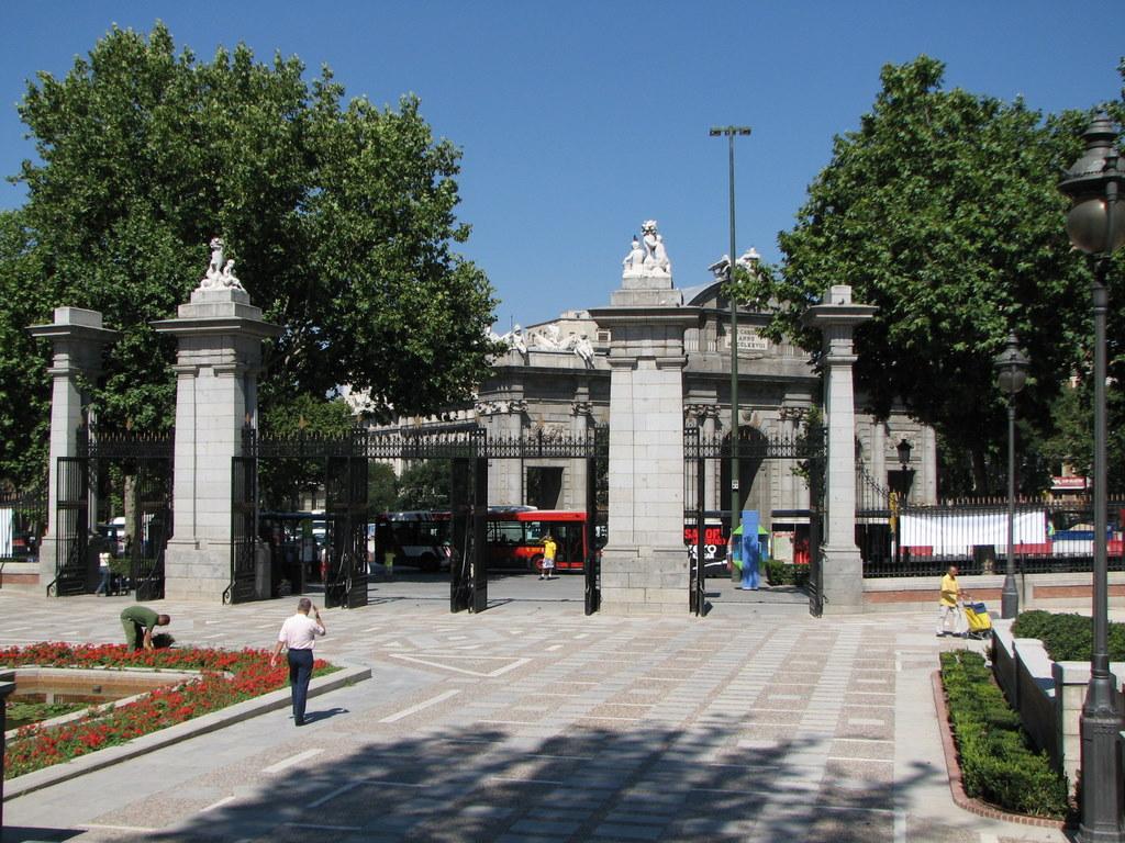 Parque del Retiro, Puerta de la Indepencia, vanuit het park richting Plaza de la Indepencia
