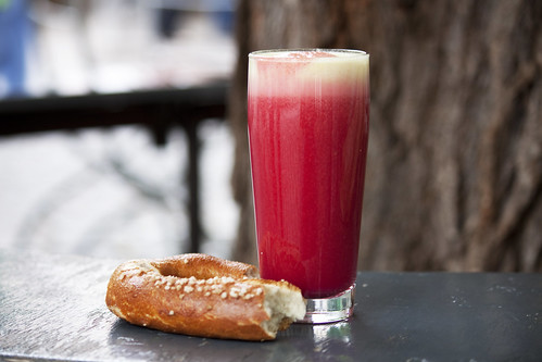 Münchner Bretzen und Fruchtsaft auf dem Viktualienmarkt