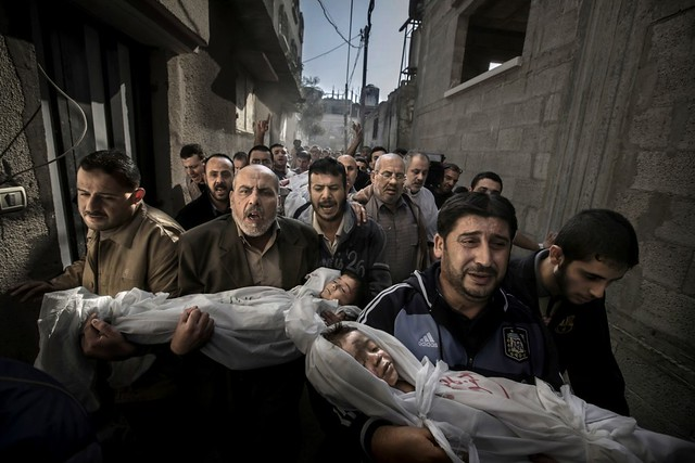 Gaza burial. World Press Photo of the Year, Spot News, 1st prize singles, Paul Hansen