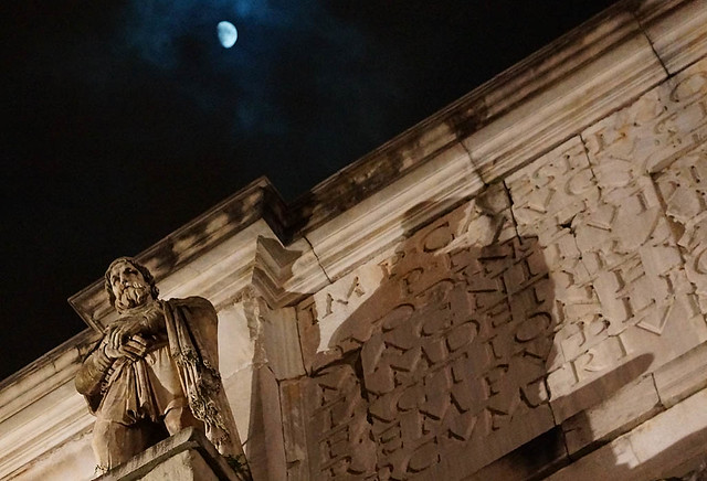 arch-figure-moon-rome-2013-03257