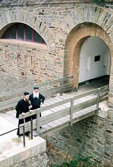 Père Séraphin et père Cassien devant le monastère de Ste Marie