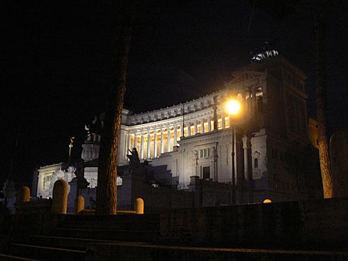 monument à victor emmanuel ii la nuit.jpg