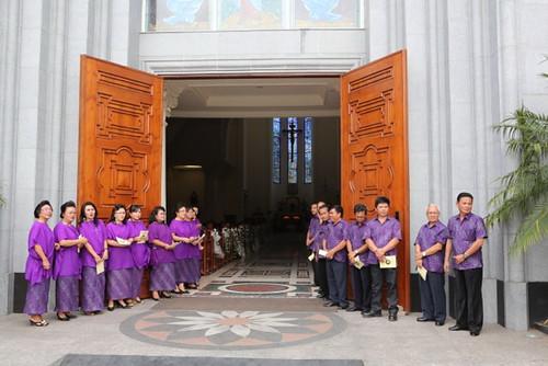 Tuan rumah menyambut delegasi di gerbang Katedral Manado Pasutri