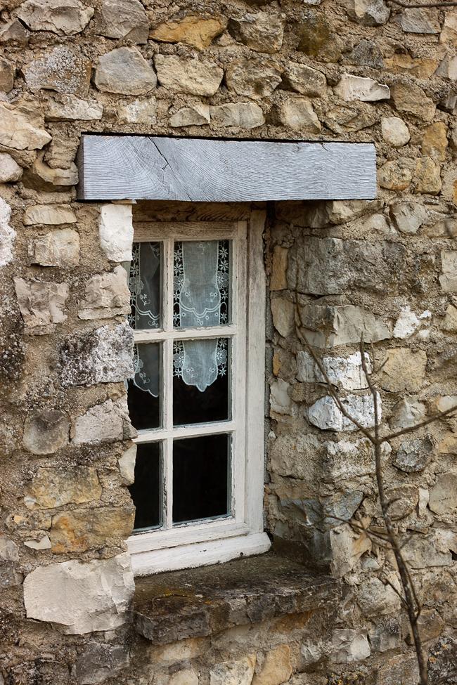 ventana-con-visillo