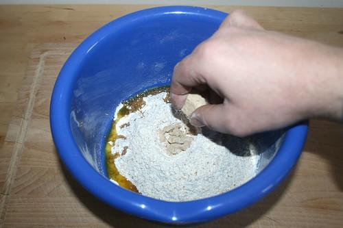 14 - Hefe rein bröseln / Crumble yeast