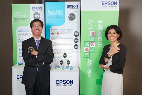 新聞照片一:-台灣愛普生科技總經理李隆安先生(左)與健康感測應用事業部協理林玲華小姐-(-右-)-,--於今日共同宣佈台灣愛普生跨足健康領域,推出Epson E200光感燃脂心率錶-。