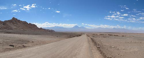 Le désert d'Atacama: el Valle de la Luna. Volcans au loin.