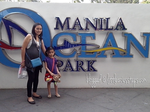 mommy and little girl at Manila Ocean Park