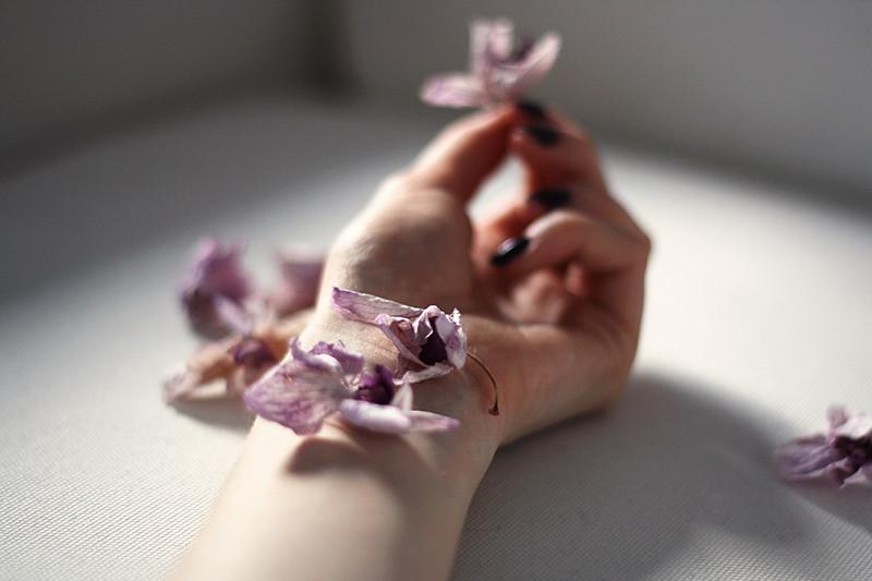vissna blommor som matchade nagellacket
