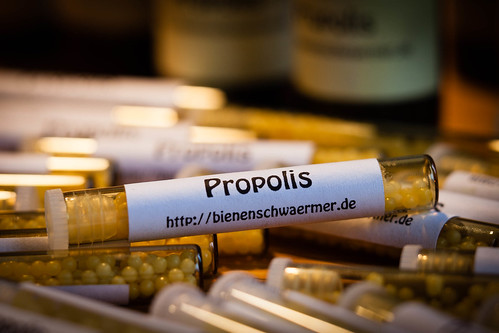 Propolis-Globuli; copyright 2013: Georg Berg