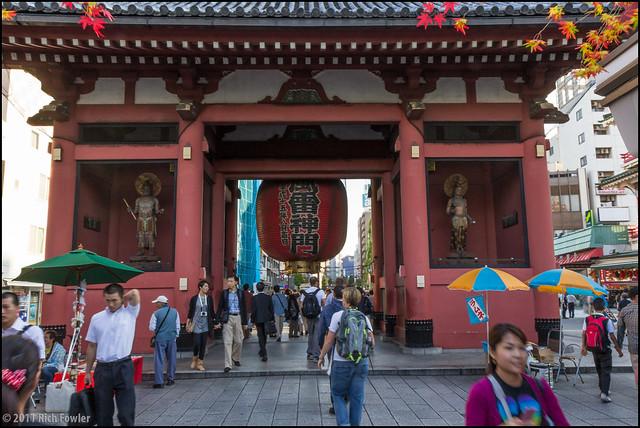 Kaminarimon -- Nakamise Dori side