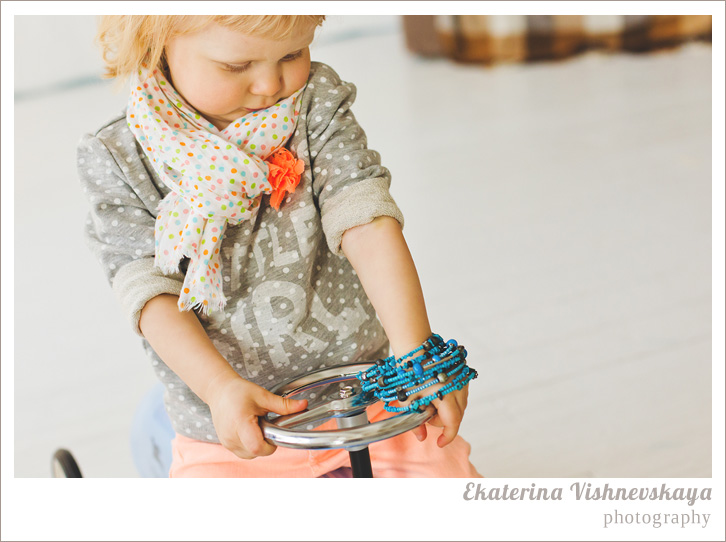 фотограф Екатерина Вишневская, хороший детский фотограф, семейный фотограф, домашняя съемка, студийная фотосессия, детская съемка, малыш, ребенок, съемка детей, фотография ребёнка, девочка, красота, милый ребёнок, велосипед, самокат, шарфик, портрет, горошек, браслет, украшение, бижутерия, фотограф москва