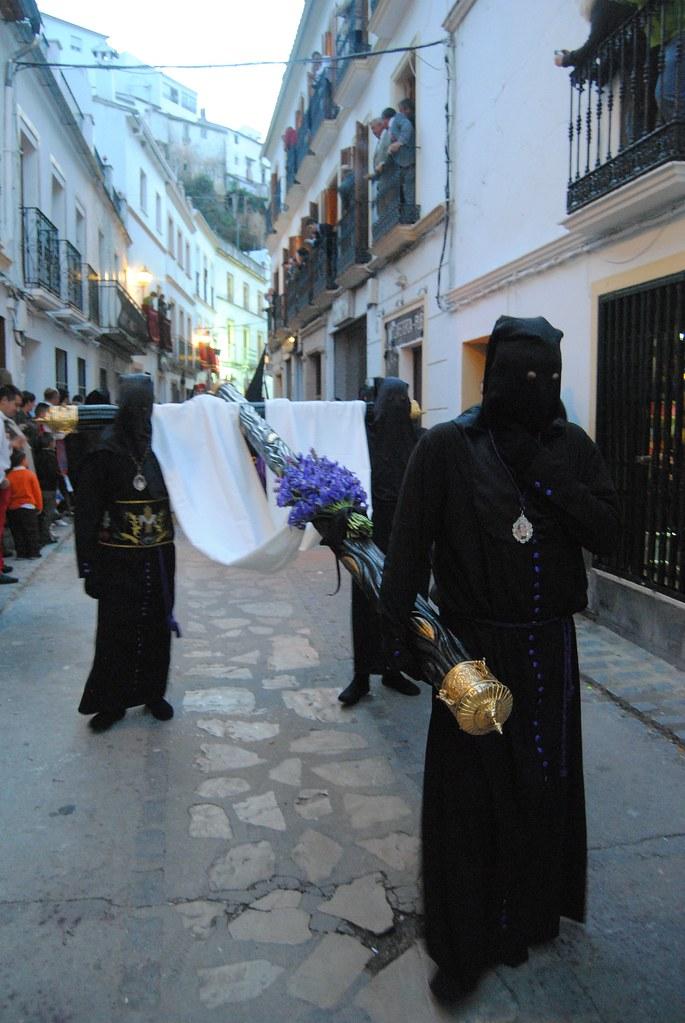 La procesión de La Soledad hace un camino inverso al de las demás procesiones de blancos y negros. FOTO: ÁNGEL MEDINA LAÍN