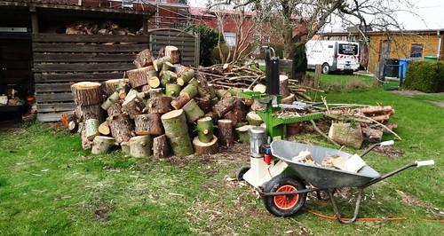 zu spaltendes Holz und Holzspalter