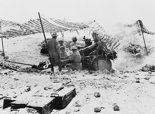New Zealand Gunners firing the QF 25Pdr  in North Africa 1942.