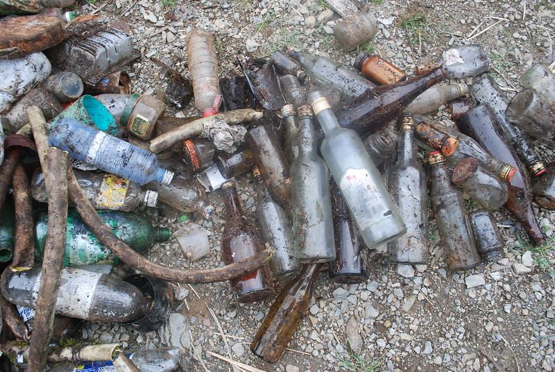 七卡山莊旁的垃圾。攝影:彭瑞祥。