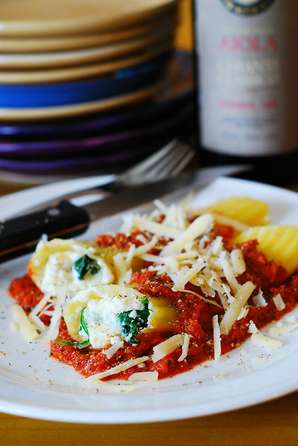 Stuffed manicotti pasta shells recipe with ricotta cheese and spinach ...