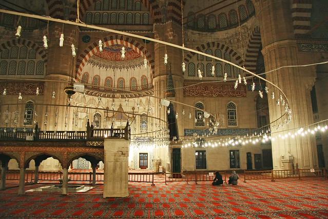 Interior of Selimiye Mosque at night, Edirne, Turkey エディルネ、夜のセリミエ・モスク内部