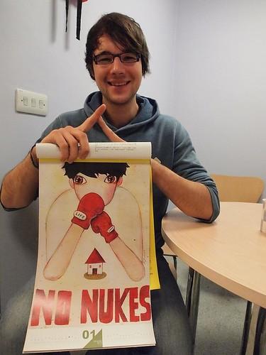 採訪最後,Felix 與台灣反核月曆合照, 響應「我是人我反核」行動。