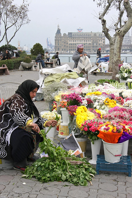 Street flower shop in Kadikoy, Iatanbul, Turkey カドゥキョイ、道端の花屋