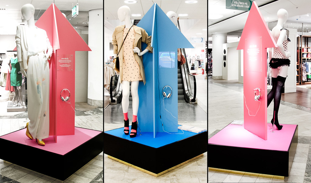 Stationer med hörlurar där man kan få höra modejournalister och modeskapare berätta om vårens trender.
