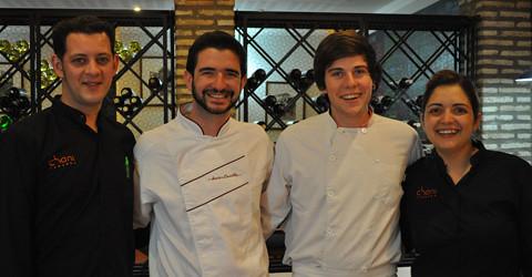 Los hermanos Casilla y su equipo