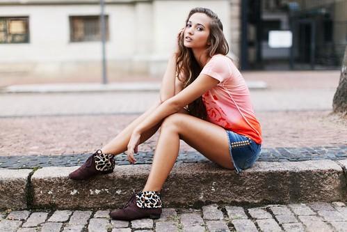 [フリー画像素材] 人物, 女性, 女性 - 座る, Tシャツ, ブラジル人 ID:201304051400