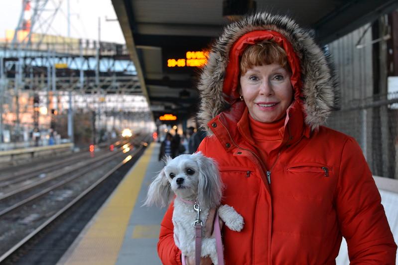 """Taylor y su perro """"Destiny Cauliflower"""" en la estación del tren"""