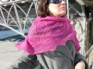 Snowdrop shawl by Stephanie Pearl-McPhee, варианты драпировки - угол сбоку