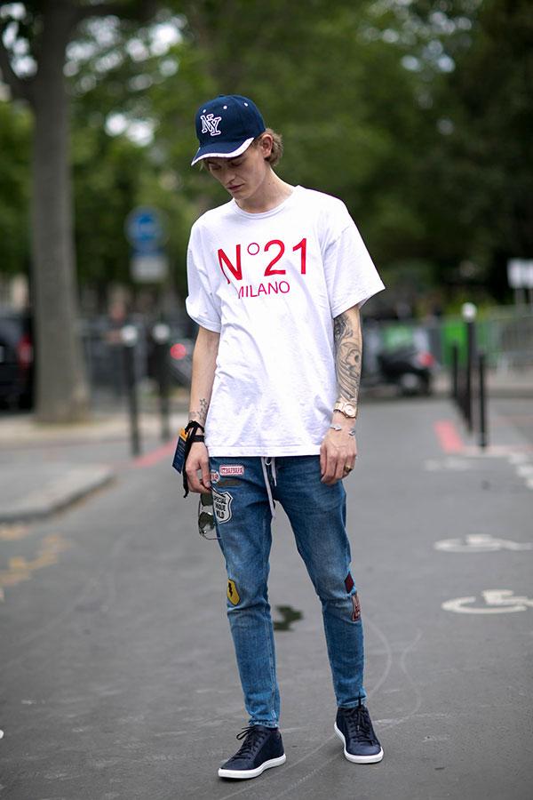 紺キャップ×N°21白Tシャツ×ワッペン付きデニムパンツ×黒スニーカー