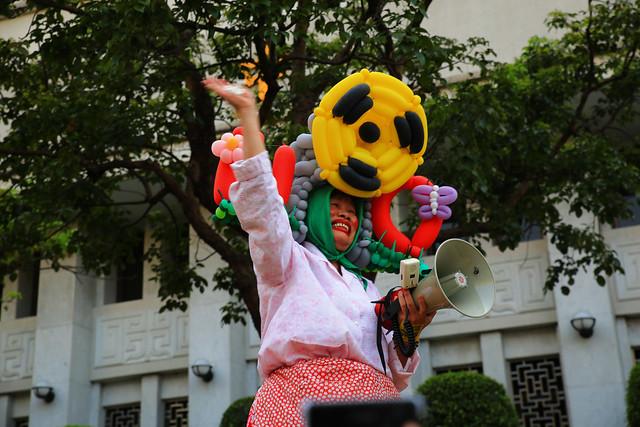 原來是開喜婆婆一邊哭著一邊反核,群眾給了她熱烈的支持掌聲。