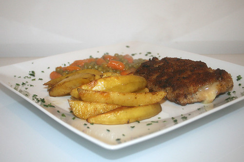 33 - Cordon bleu vom Kalb mit Kartoffelwedges & Buttergemüse / Veal cordon bleu with potato wedges & butter vegetables - Seitenansicht