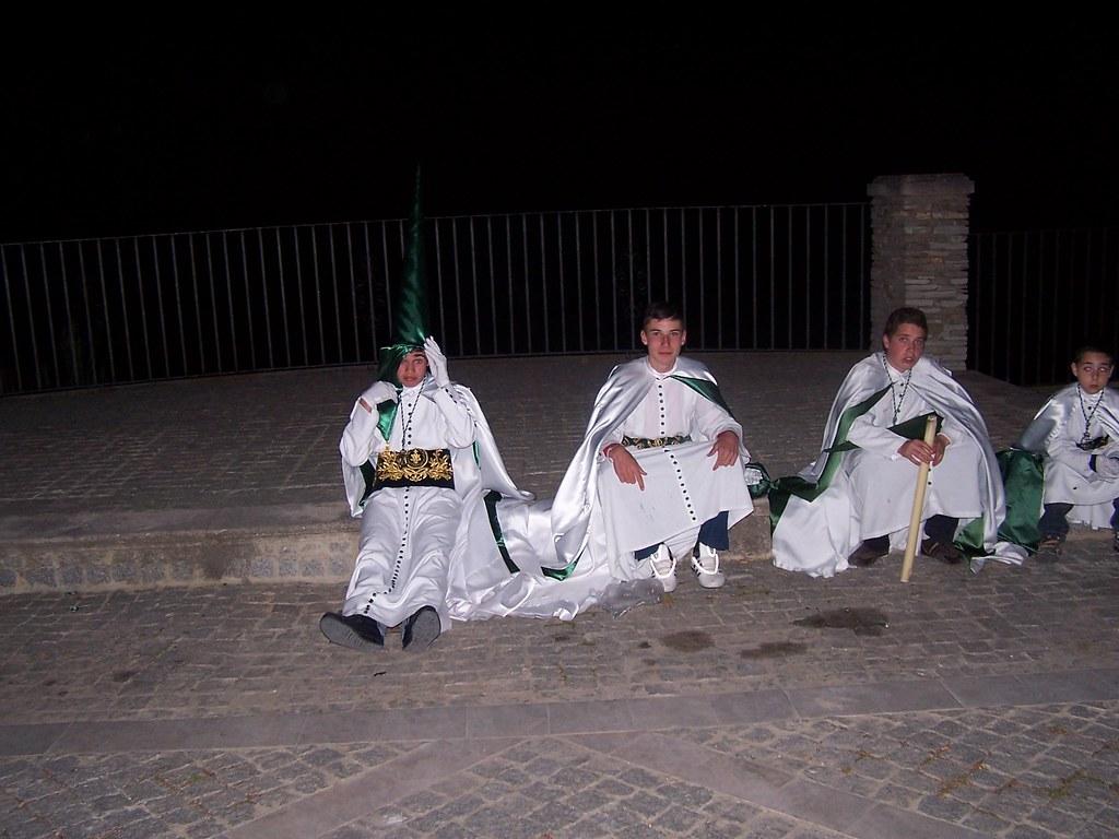 Tras tres horas de procesión y la subida continua de la cuesta de la Plaza y de la Villa, los penitentes llegan agotados y felices. FOTO: ÁNGEL MEDINA LAÍN