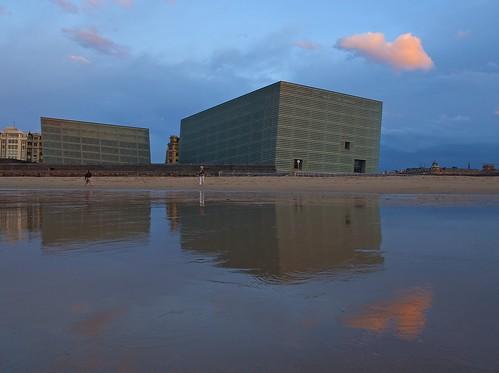 Cubos de Moneo y playa de la Zurriola en Donostia ( San Sebastian ), Gipuzkoa.