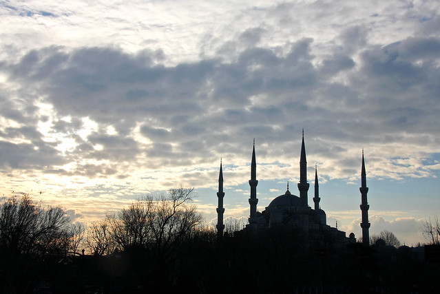 Blue Mosque silhouette in the morning, Istanbul, Turkey イスタンブール、朝のブルーモスク