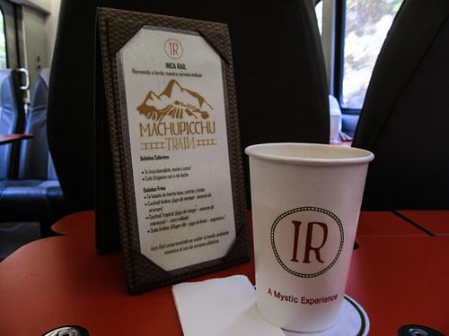 Train d'Ollantaytambo à Aguas Calientes: Incarail est un peu moins cher que Perurail...Pour 60$ l'aller, nous avons droit à une boisson ;)