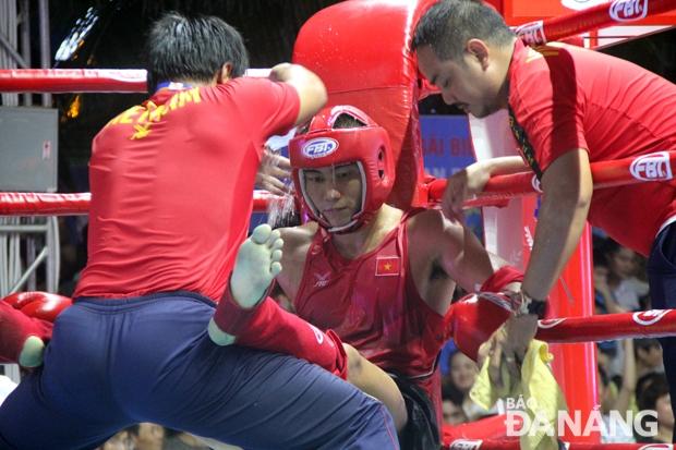 Phút nghỉ giải lao giữa hiệp của võ sĩ Việt Nam trong khi thi đấu môn Muay Thái.