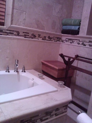 travertine tile combined with glass mosaic tile border