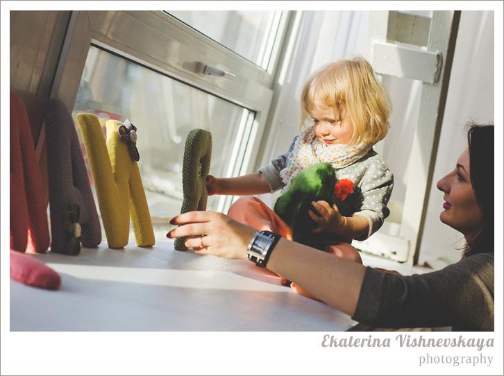 фотограф Екатерина Вишневская, хороший детский фотограф, семейный фотограф, домашняя съемка, студийная фотосессия, детская съемка, малыш, ребенок, съемка детей, фотография ребёнка, девочка, красота, милый ребёнок, мама, материнство, имя майя, маия, подоконник, часы, шарфик, фотограф москва