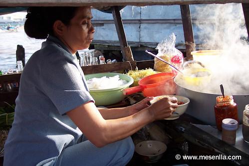 Cocinando el desayuno, en el mercado de Cai Rang