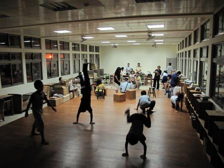 猴硐的社區劇場來園區圖書館排練,長輩和孩子們齊聚一堂,讓園區的夜熱了起來,點亮了園區(猴硐國小舊校區)的新風景。@郭鎮維