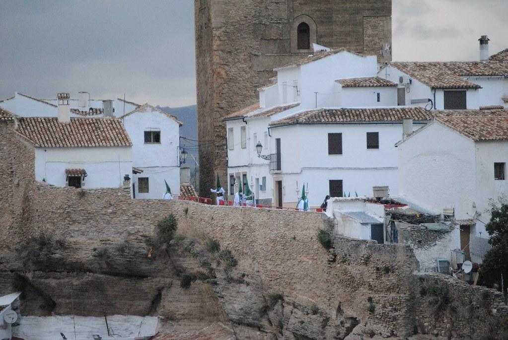 Los penitentes se acercan a la Casa Hermandad de Los Blancos a recoger sus cirios y enseres. FOTO: ÁNGEL MEDINA LAÍN