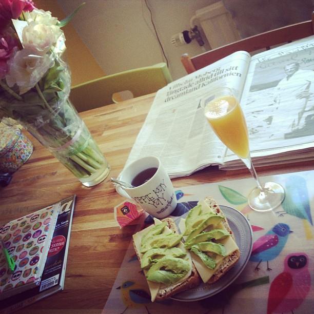 Lyxfrukost, läsa ikapp DN och vintage Stevie Wonder i bakgrunden.