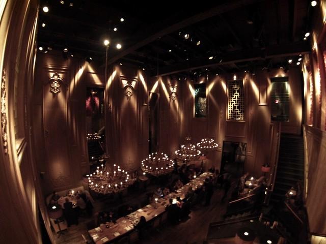 Mesa central del restaurante Buddakan donde celebré mi cumpleaños con mi mujer @necklaceofpearl y lugar donde comienza una de las películas de Sex and the City