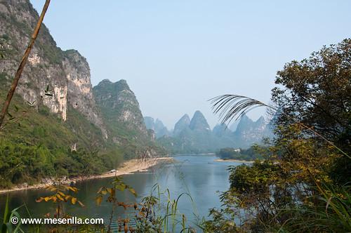 Paisaje espectacular de montaña en el rio Li