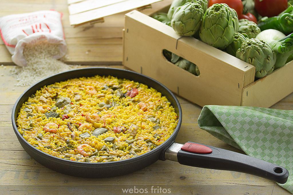 Arroz con atún y verduras en sartén