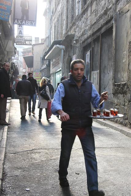 Turkish tea delivery man in Istanbul old city street, Turkey イスタンブール旧市街、チャイの出前